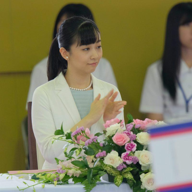 2019年7月24日に、アイスブルーのワンピースに白いジャケットをお召しになり馬術競技大会に出席された佳子さま。登壇され拍手をしている。