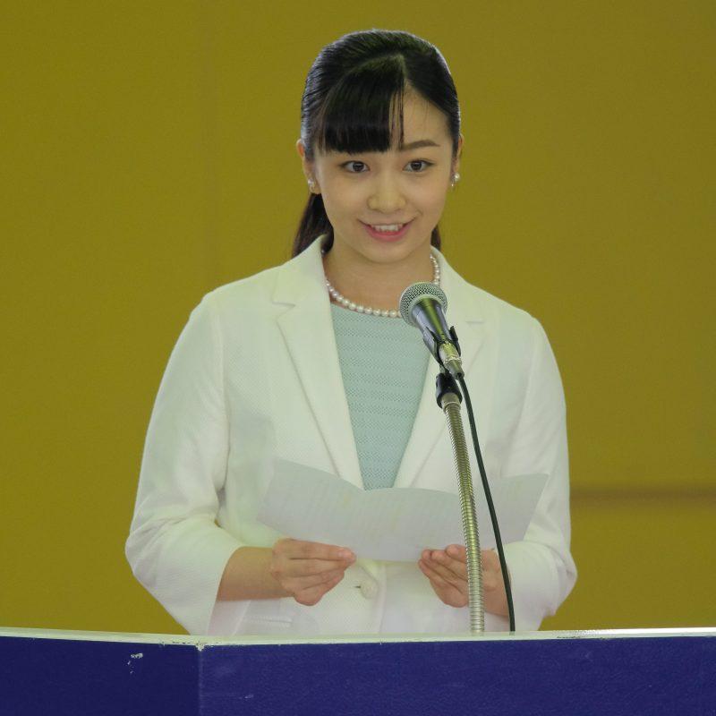 2019年7月24日に、アイスブルーのワンピースに白いジャケットをお召しになり馬術競技大会に出席された佳子さま。登壇されスピーチをする。
