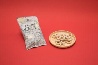 コオロギのスナック菓子って?コンビニで買える昆虫食『スーパーコオロギ玄米スナック』にトライ…