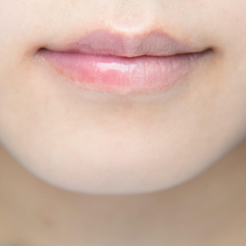 グロスを塗った唇
