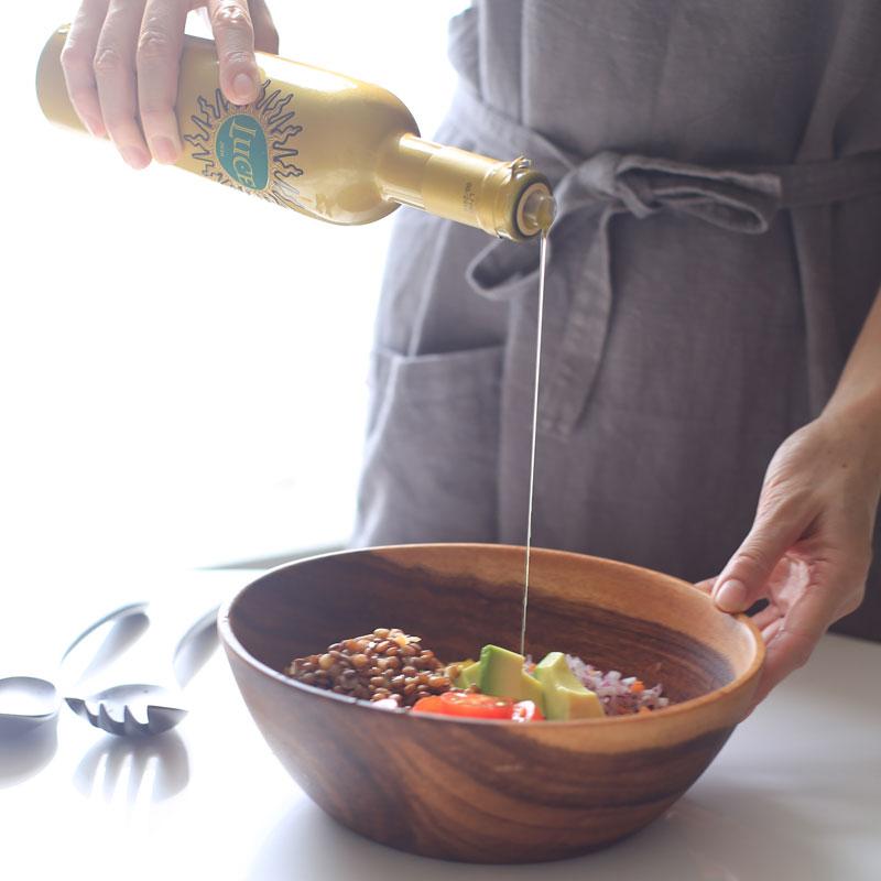 「レンズ豆のサラダ」にオリーブオイルをかけている