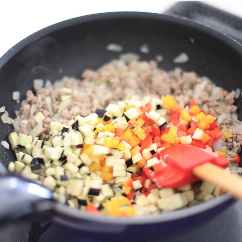 「ドライ和カレー」の材料をフライパンで炒めている