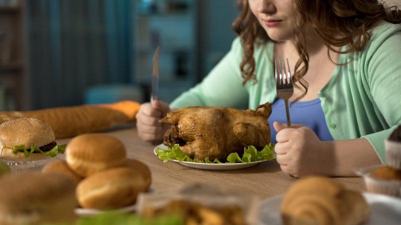 食事をがまんしている女性