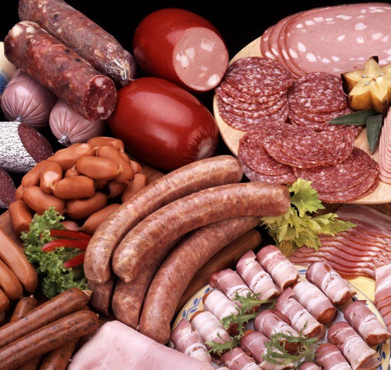 ソーセージやサラミ、ベーコンなどの加工肉が並んでいる