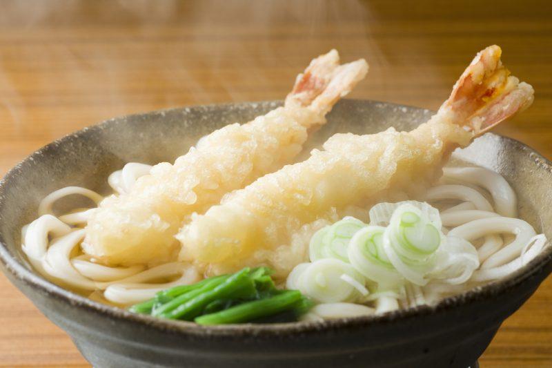 えびの天ぷらうどんが器に入っている