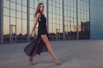正しいヒール歩きでダイエット!体幹を強化する立ち方&歩き方を指南