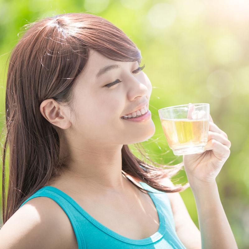 緑茶を飲んでいる女性