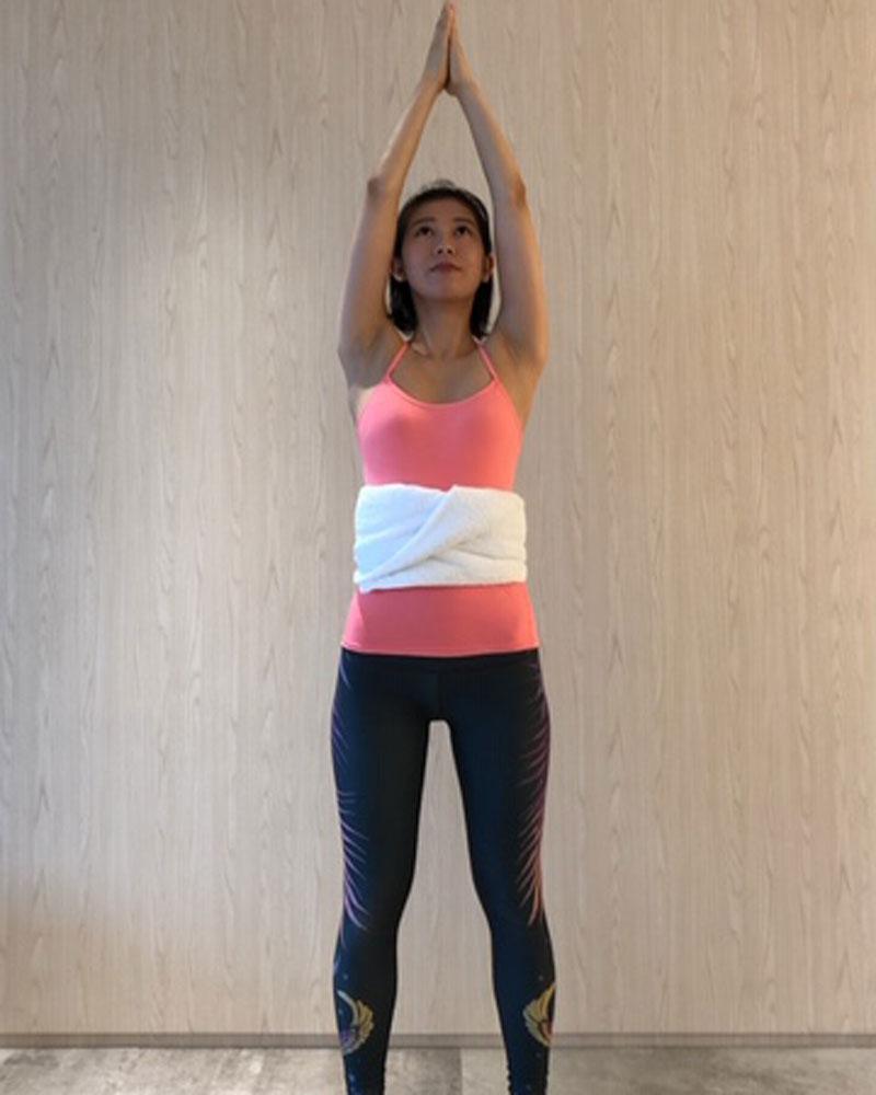 息を吸いながら腕を横から上げ合掌する