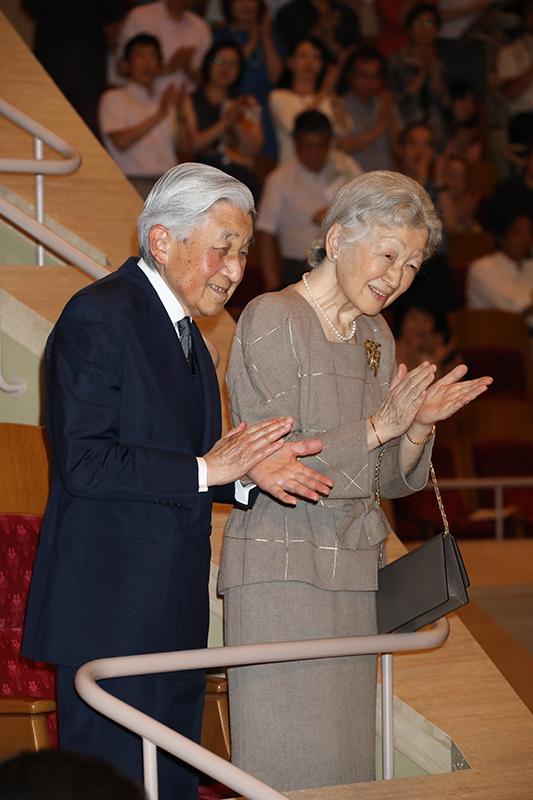 立って拍手を贈られる上皇陛下(85)と上皇后美智子さま(84)