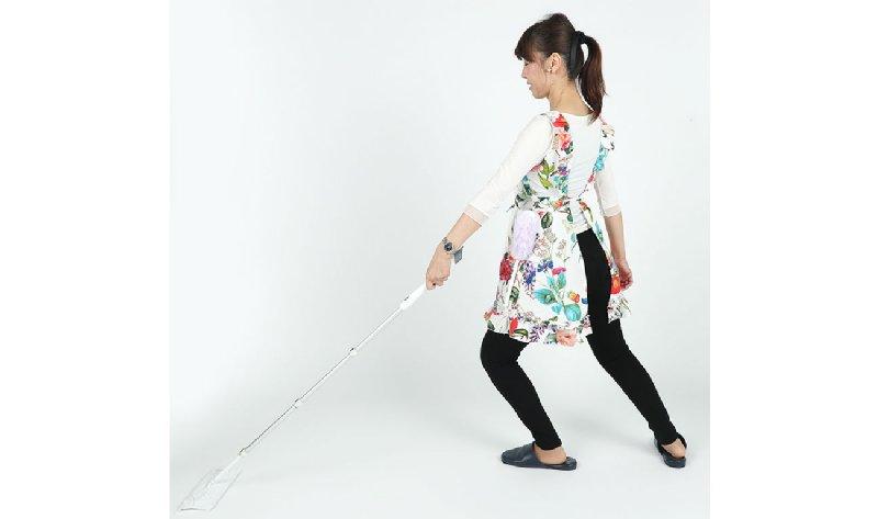 掃除機やモップの柄を持つ手の側の足を前に出し、もう一方の足は肩幅くらいに広げて後ろに引き、つま先を外に向ける