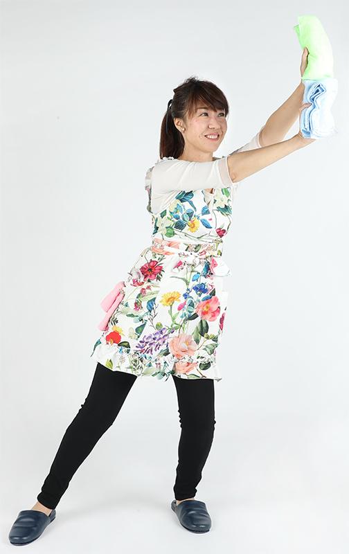 右手で濡れぞうきんを持って左肩の上あたりに置き、腕を伸ばして右に動かす女性