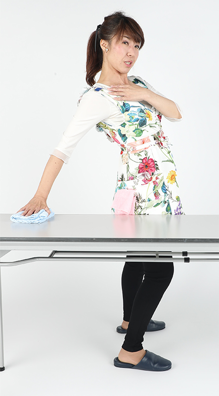 体をひねる時に肩が内に入らないよう開くことを意識する。上級編はテーブルに背中を向け、後ろ向きで拭くこと。