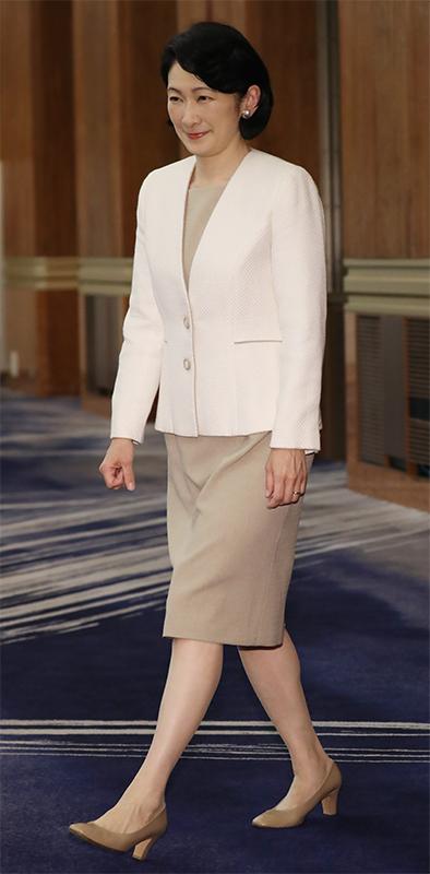 ベージュのワンピースに白ジャケットを羽織った紀子さま