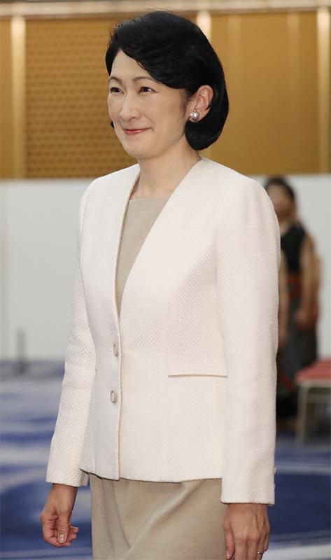 白ジャケットスタイルで微笑まれる紀子さま