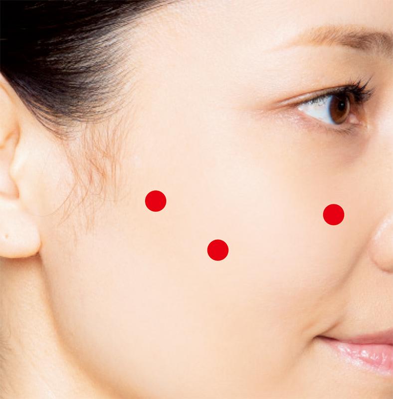 指を当てるポイントを赤い点で記した女性の横顔画像