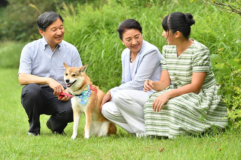愛犬を挟んでしゃがみながら談笑する天皇、雅子皇后、愛子さま