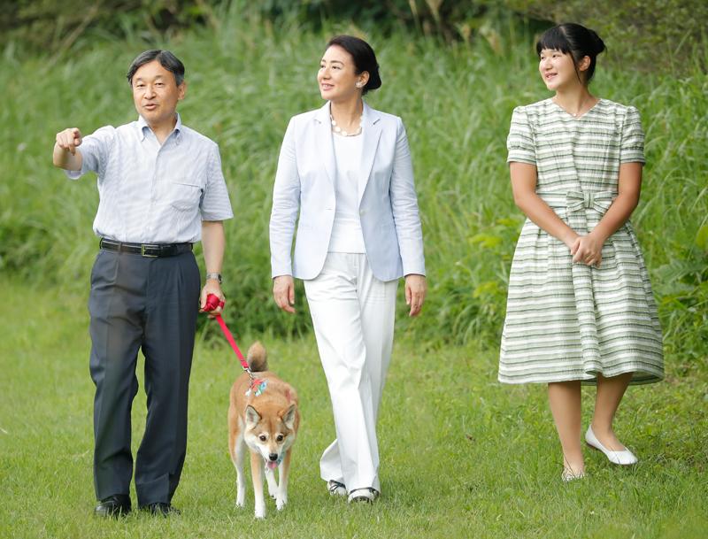 愛犬のリードを天皇陛下が手に持ち、気持ちよさそうに散策される御一家
