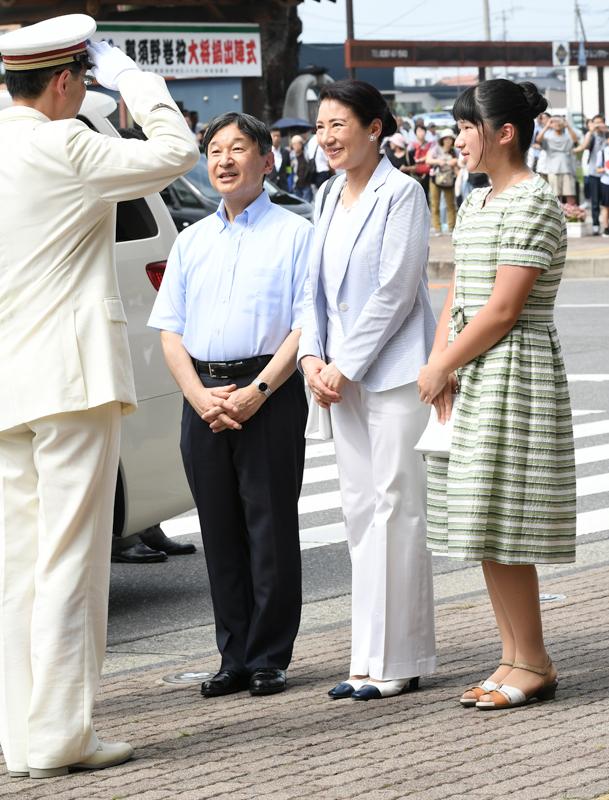 敬礼する運転手に微笑みを向けられる天皇、雅子皇后、愛子さま