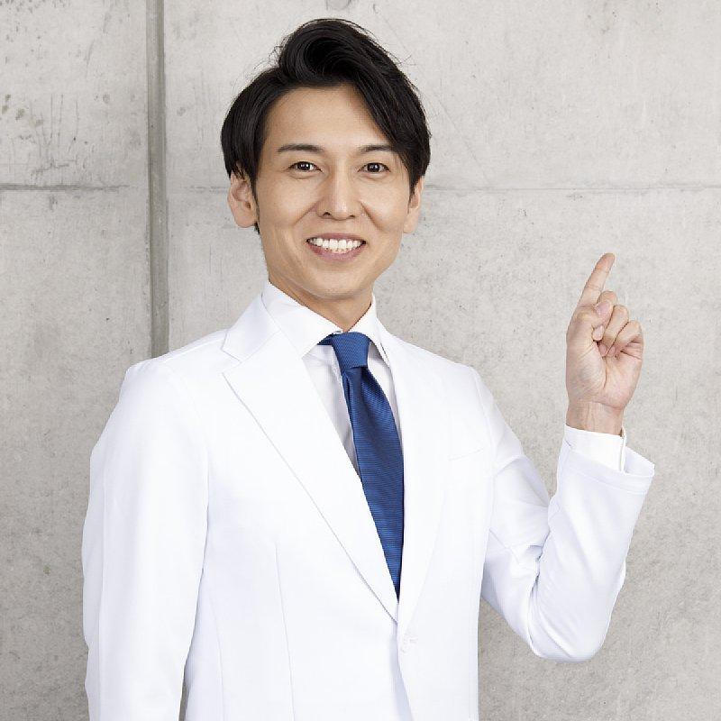 工藤孝文先生が笑顔で指さしをしている