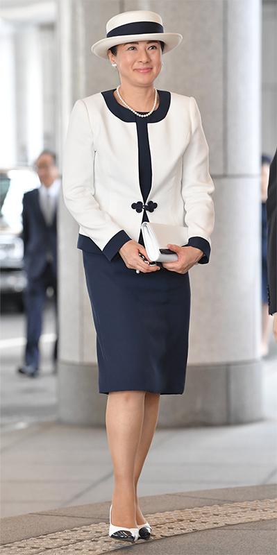 白と紺の配色の帽子、スーツ、パンプスでコーディネートされた雅子さま