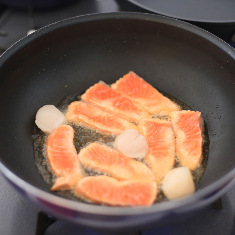 鮭をソテーしている様子