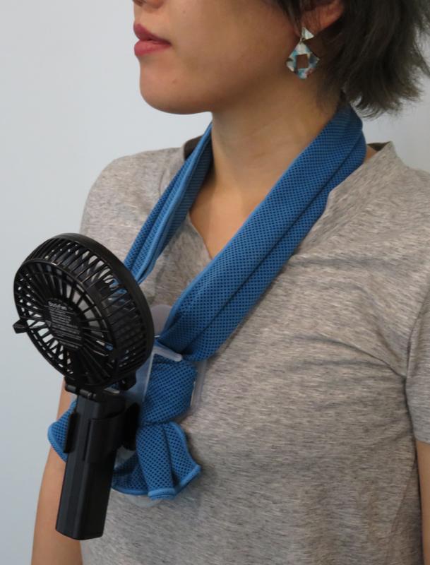 えりかけ扇風機を首から下げている女性