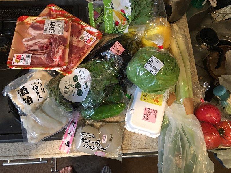 キッチンに並んだ食材
