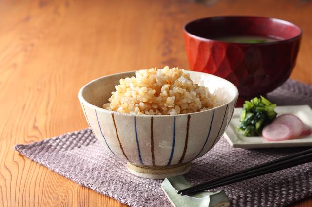 玄米がお碗に盛りつけられている