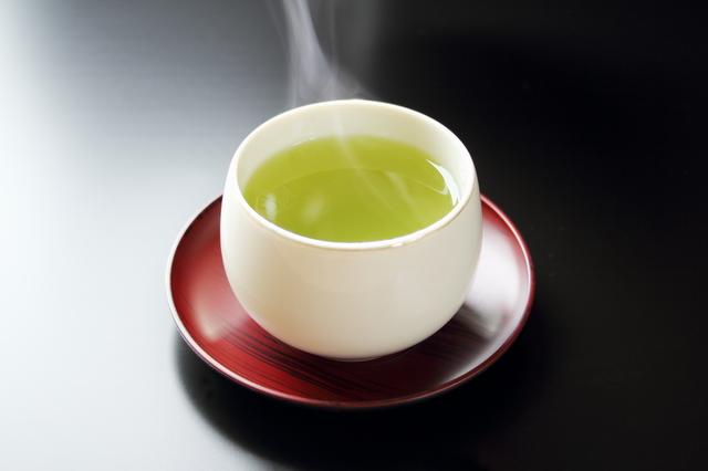 緑茶が茶碗に入っている