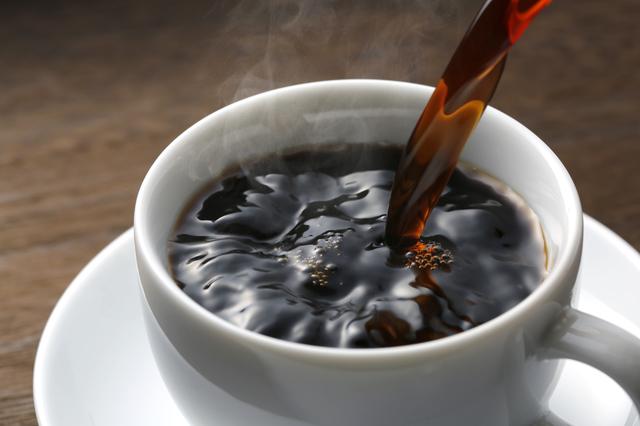 コーヒーをカップに注いでいる