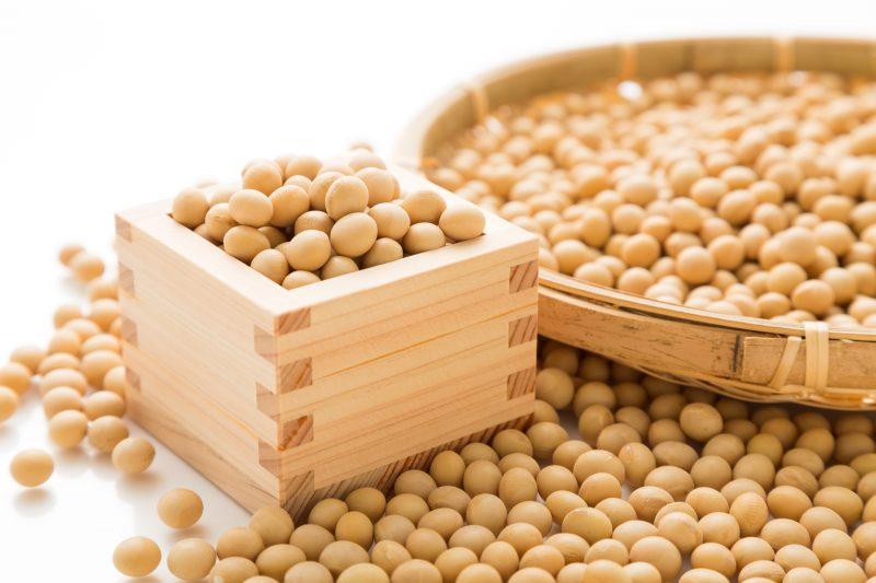 たくさんの大豆がマスやザルに入っている