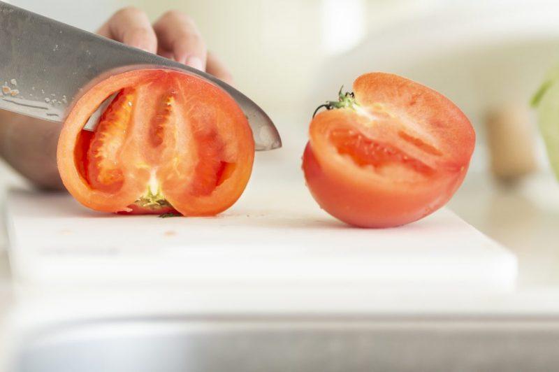 トマトをまな板で切っている