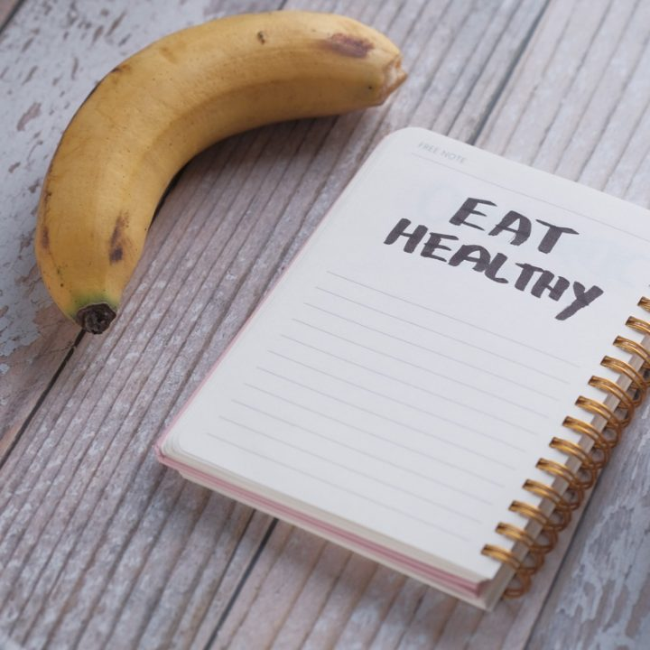 バナナとノートの画像