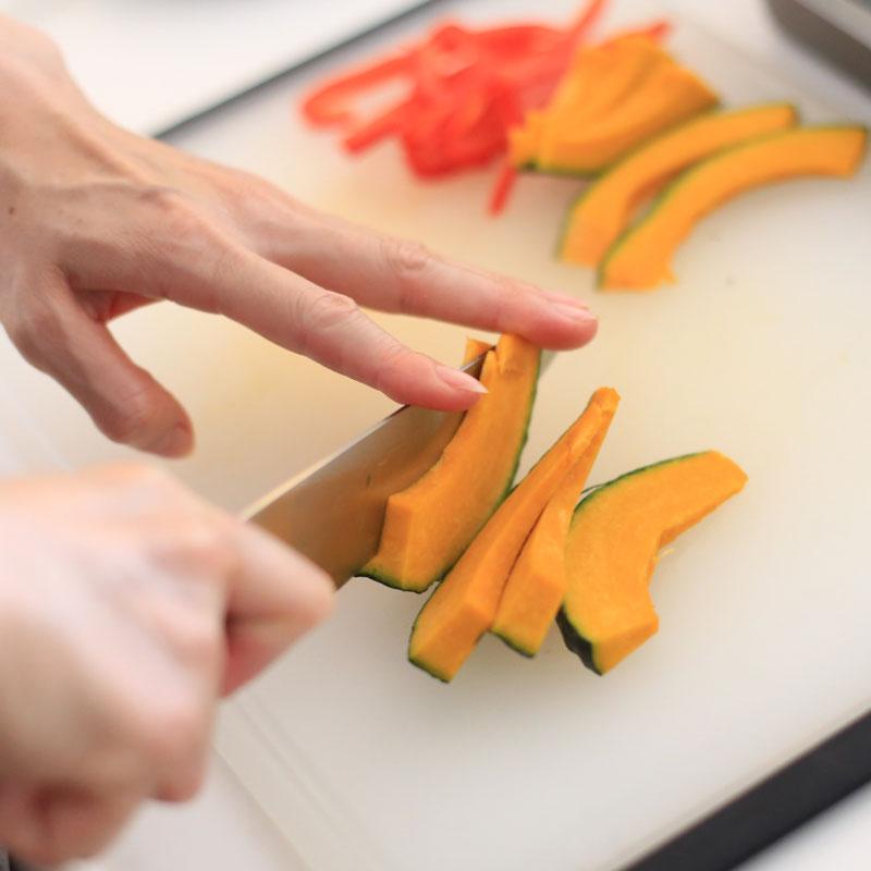 かぼちゃを包丁で切っているところ