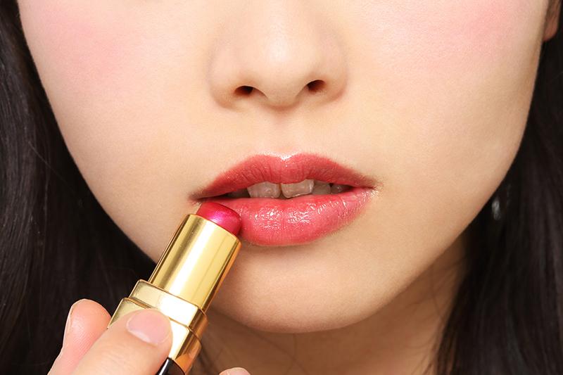 赤リップを塗った女性の唇の画像
