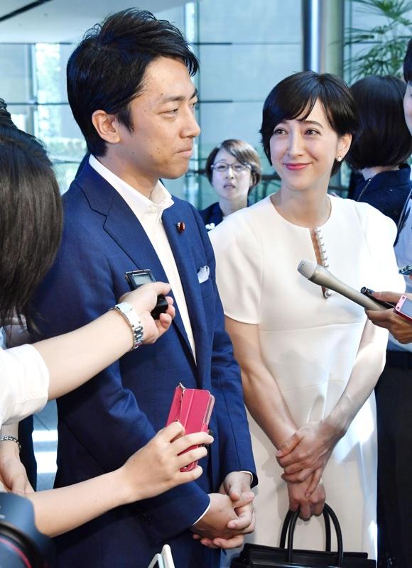 結婚会見をする小泉進次郎と滝川クリステル