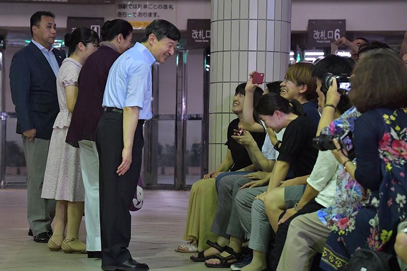 市民らの歓声や向けられるカメラに応える天皇ご一家