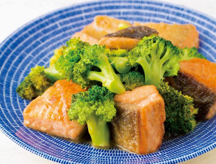 鮭とブロッコリーのレモンバターぽん酢蒸しが皿に盛りつけられている
