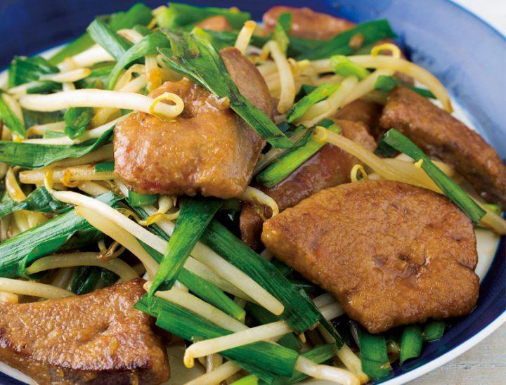 豚レバーのもやしにら炒めが皿に盛りつけられている