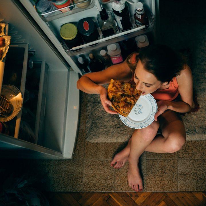 夜食を食べる女性