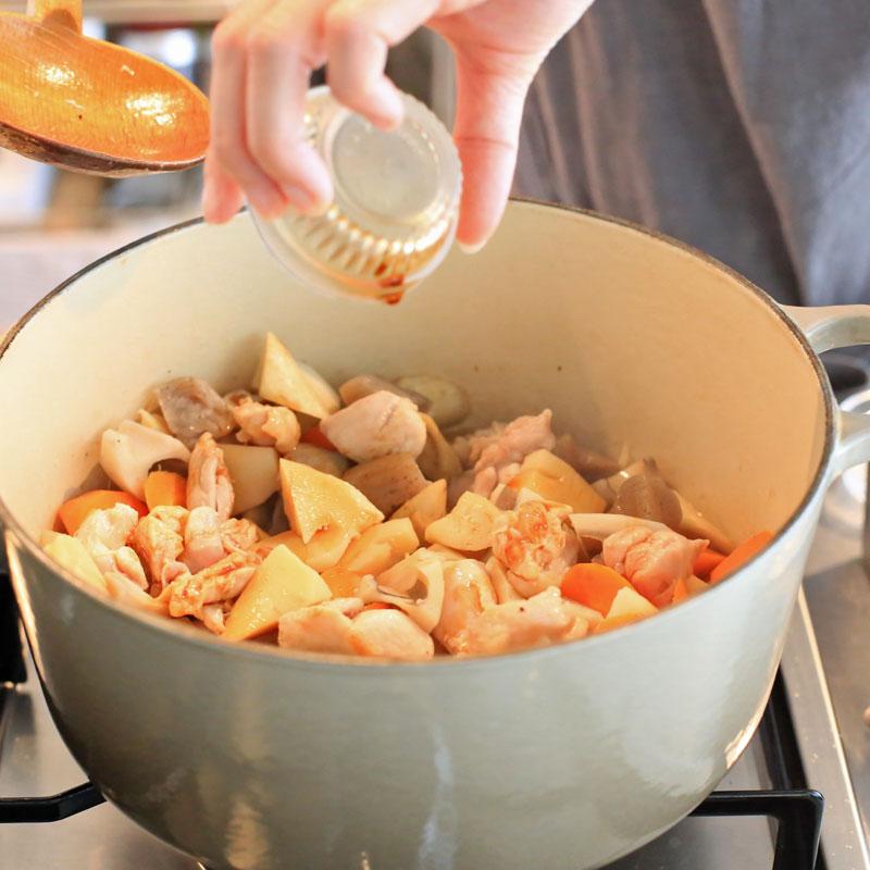 「デトックス筑前煮」を鍋で作っている