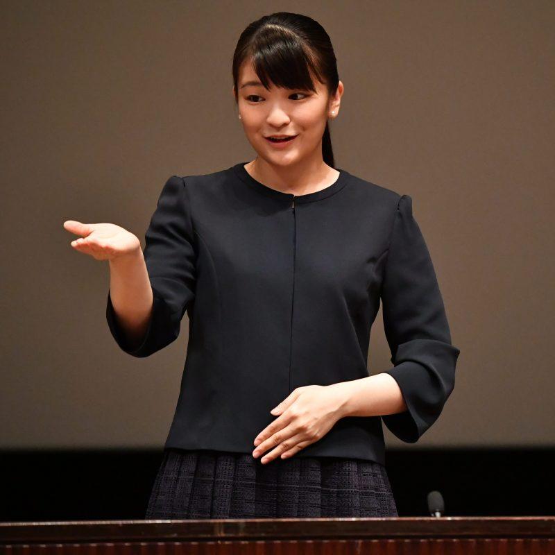 第36回全国高校生の手話によるスピーチコンテストの開会式で手話でご挨拶される眞子さま