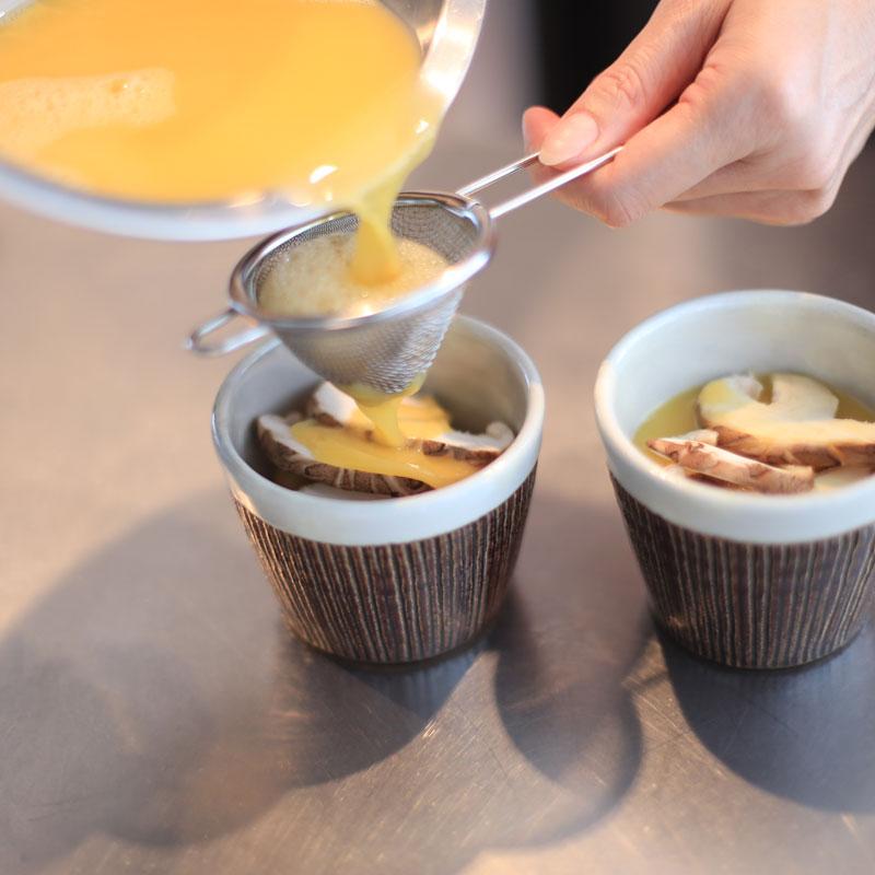 「すだちの茶碗蒸し」を作っているところ