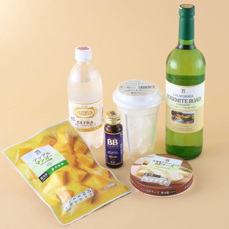 アサヒ飲料のウィルキンソン タンサン エクストラとセブンイレブンのアップルマンゴーと北海道カマンベール入り 6Pチーズとヨセミテ・ロード 白 750mlとファミリーマートのかちわり氷グラスとエーザイのチョコラBBリッチ・セラミド