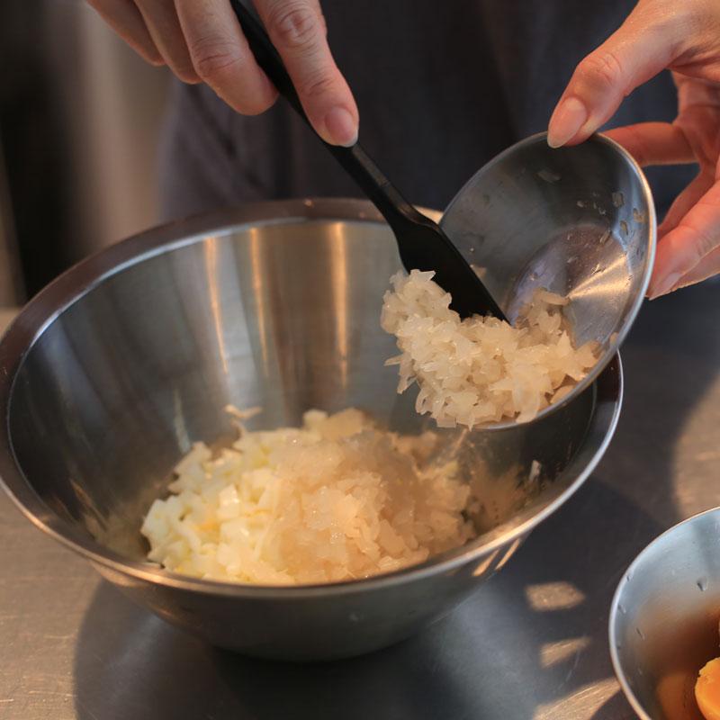 「食べるタルタル」を作っているところ