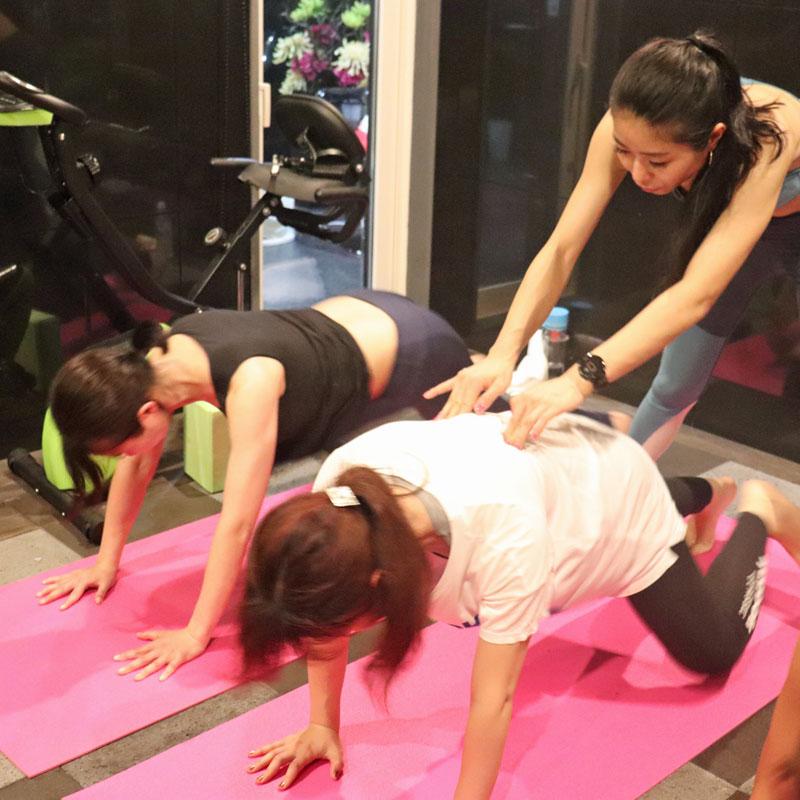 「美コア」の基本トレーニングを行う参加者たち