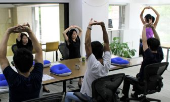 仕事の合間に!簡単ストレッチ&昼寝で疲労回復、効果的なやり方を解説