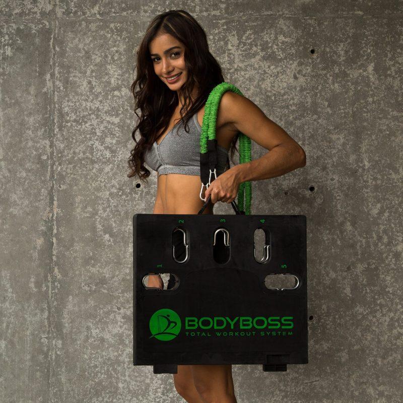 BODYBOSS 2.0 ポータブルフィットネスジムを片手で持つ女性