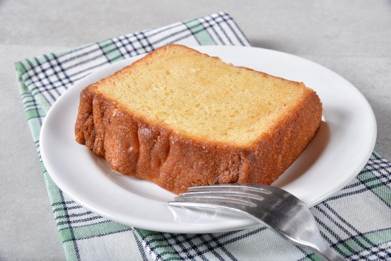 パウンドケーキが皿にのっている