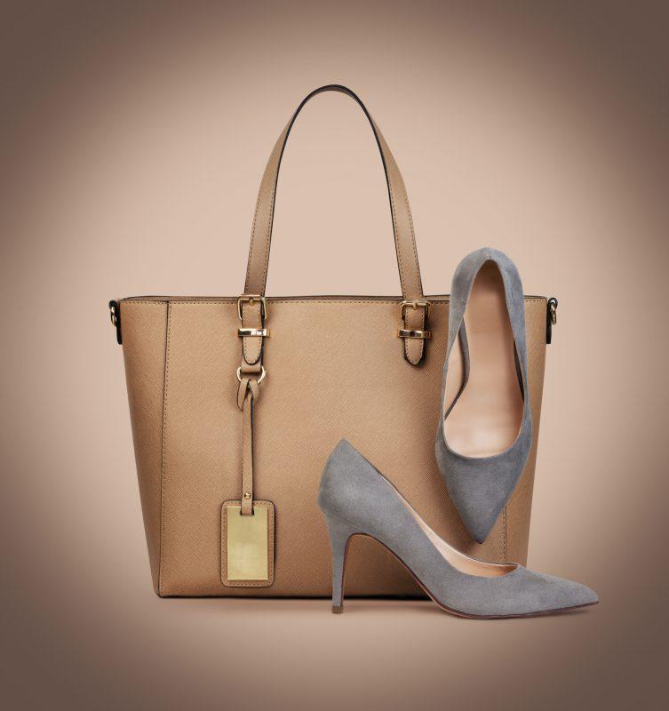 革製のバッグとパンプス